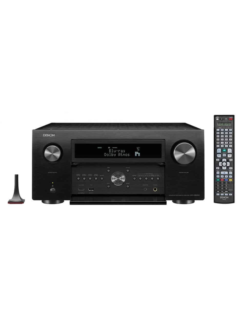 Amplificatore AV 13.2 canali 4K Ultra HD con Audio 3D e HEOS, Denon AVC-X8500H, vista frontale con telcomando, finitura Nero