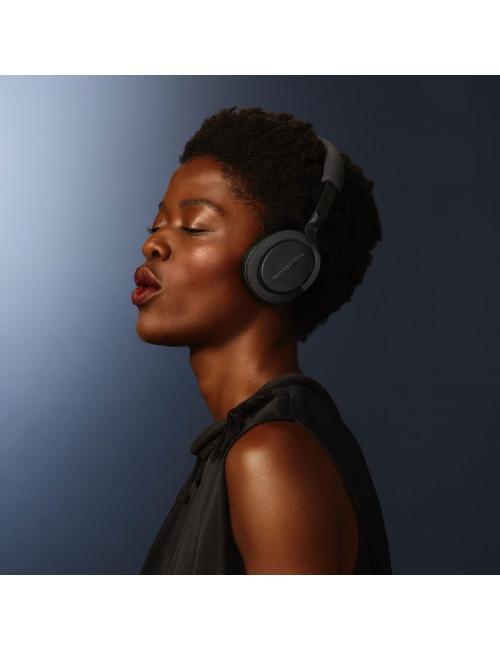 cuffia sovraurale wireless, senza fili, con cancellazione del rumore, Bowers & Wilkins PX5, indossata donna