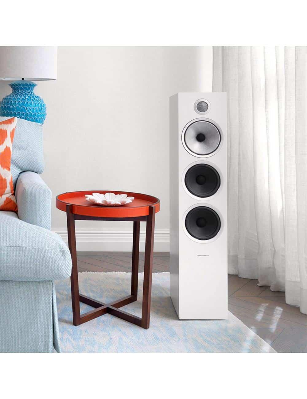 diffusori acustici da pavimento per hifi e home theater, Bowers & Wilkins 703, finitura bianco satinato lifestyle