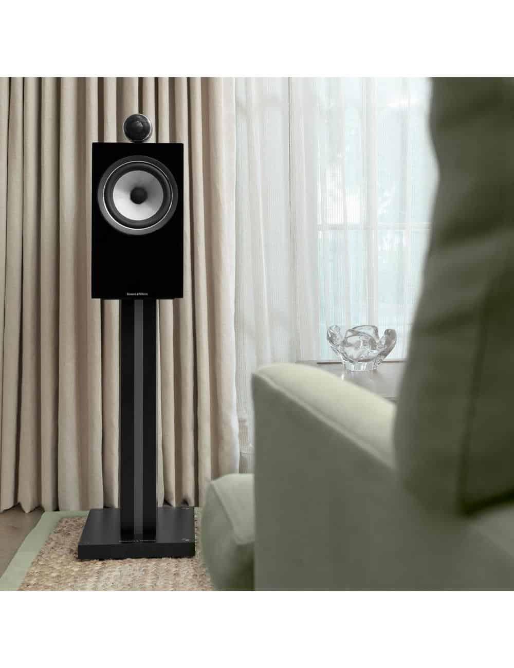 diffusori acustici da stand per hifi e home theater, Bowers & Wilkins 705, finitura nero lucido primo piano