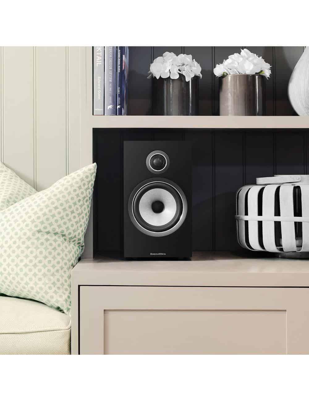 diffusori acustici da stand per hifi e home theater, Bowers & Wilkins 706, finitura nero lucido, libreria