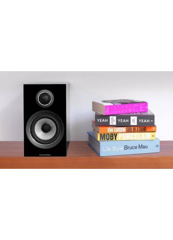 diffusori acustici da stand per hifi e home theater, Bowers & Wilkins 707, finitura nero lucido, scaffale