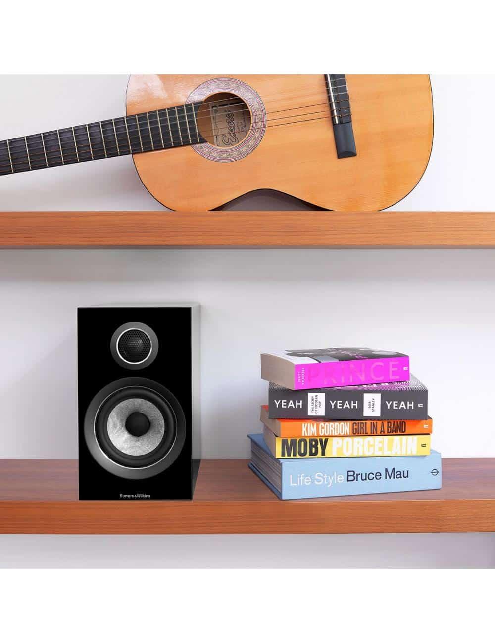 diffusori acustici da stand per hifi e home theater, Bowers & Wilkins 707, finitura nero lucido, in ambiente