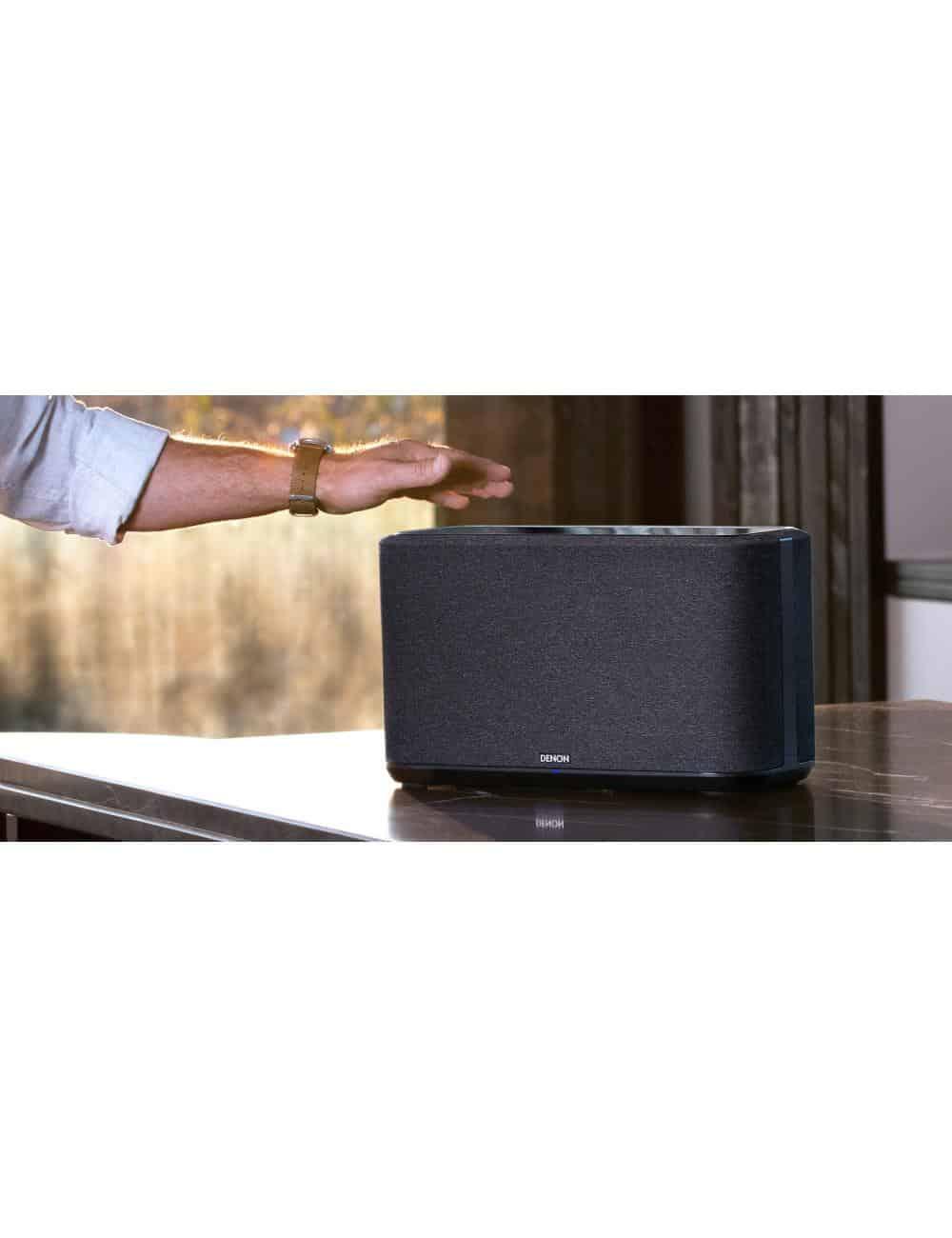altoparlante wireless supercompatto, Denon Home 250, heos multiroom, bluetooth, finitura tessuto nero, in ambiente